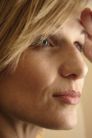 Das flüssige Vitamin je in der Maske für die Person