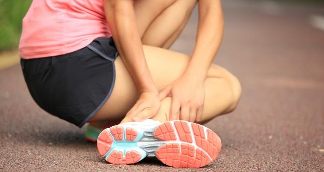 Der Schmerz in der Lende zurückgebend in die Leiste bei den Frauen die Behandlung